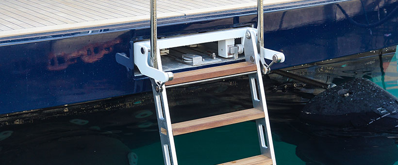 Hydraulic boat swim ladder