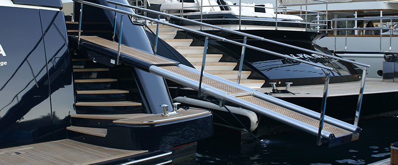 Three elements transom gangways